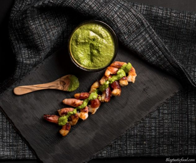 These prosciutto wrapped prawns are great to serve to guests as a starter. And the pesto dip just gives a bit of extra love.