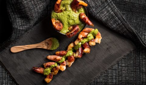 These prosciutto wrapped prawns are great to serve to guests as a starter, leaving them wanting more. And the pesto dip just gives a bit of extra love. Yum!